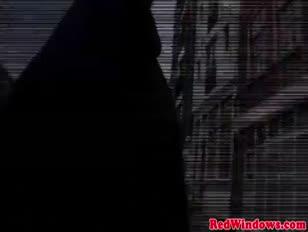 Azada holandesa joven golpea a un niño mayor doofy