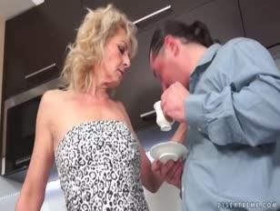 Hombres chupando los pechos de una mujer videos